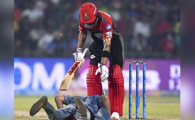 IPL 2018: जब सुरक्षा घेरे को तोड़कर विराट कोहली के पैर छूने मैदान में पहुंचा प्रशंसक, देखें VIDEO