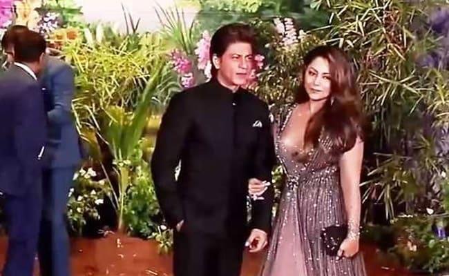 Video: पत्नी गौरी संग फोटो खिंचवा रहे थे शाहरुख, तभी कुछ ऐसा करता नजर आया ये शख्स...