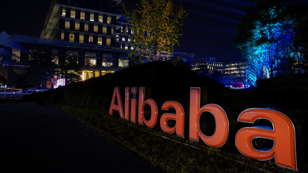 Alibaba's Hong Kong Shares Rise 6.6 Percent on Debut in Heavy Volume