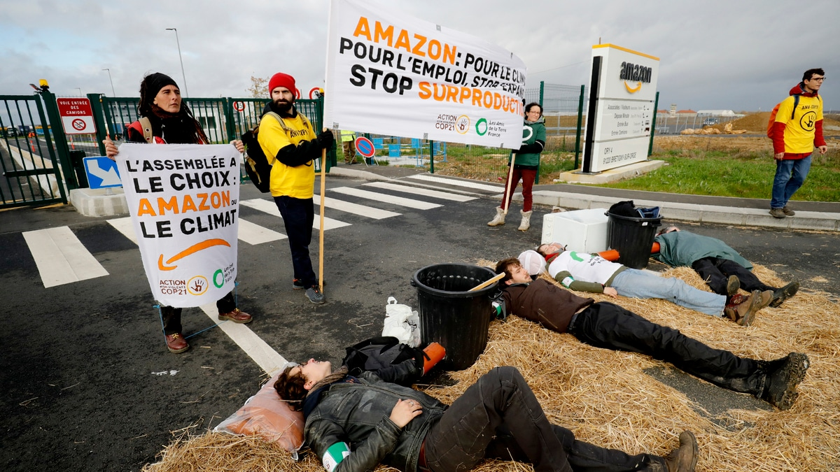 Black Friday 2019 Turns 'Block Friday' as French Activists Bar Access to Amazon Depot
