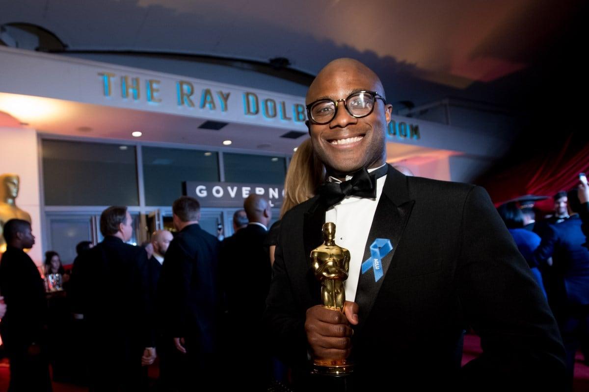 Imagem do diretor Barry Jenkins (Rei Leão ll), com estatueta do Oscar nas mãos,