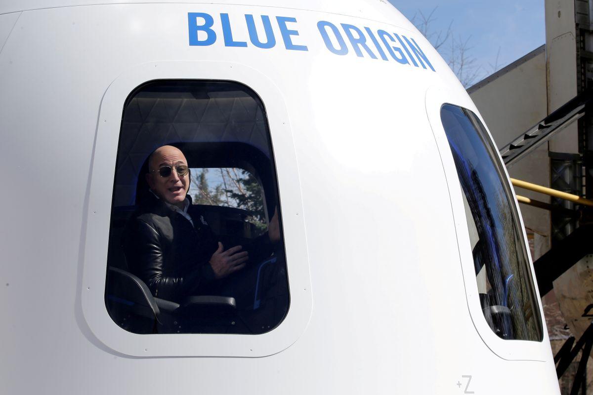 Amazon CEO Jeff Bezos Taking Trip to Space on July 20 for 3 Minutes Blue  Origin Shepard Spaceship, अमेजन के मालिक 20 जुलाई को अंतरिक्ष से 3 मिनट के  लिए देखेंगे 'नीले
