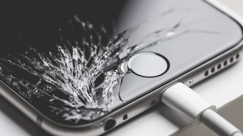 Watch an Angry Customer Smash iPhones and MacBook at an Apple Store