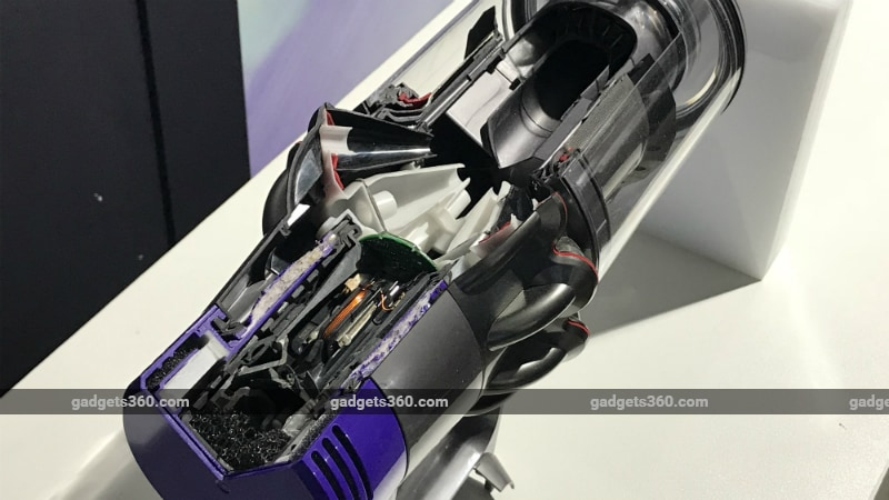 how to change the battery on a dyson cyclone v10