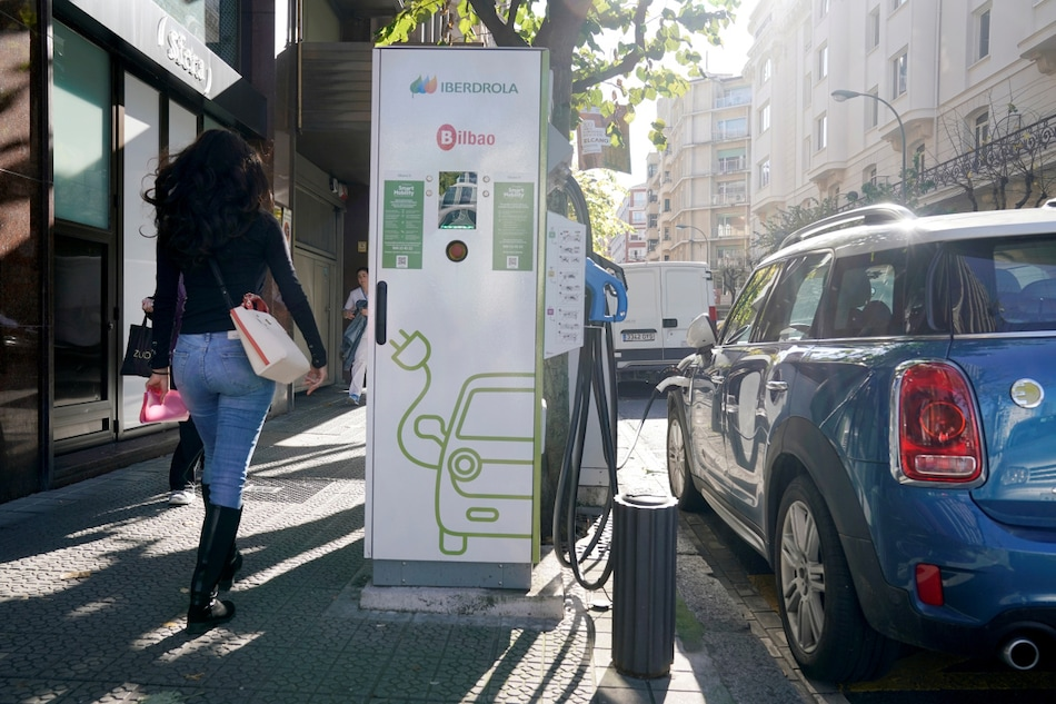 EU Says It Could Be Self-Sufficient in Electric Vehicle Batteries by 2025