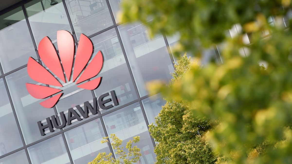 Huawei Can Continue Serving European 5G Clients Despite US Sanctions, Senior Executive Says