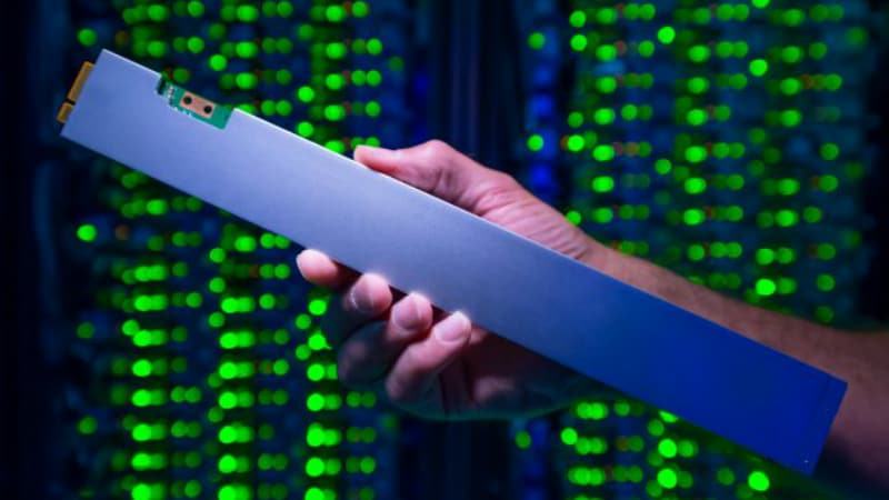 Intel's New 3D NAND Ruler-Shaped 12-inch SSD Offers Up to 32TB Storage