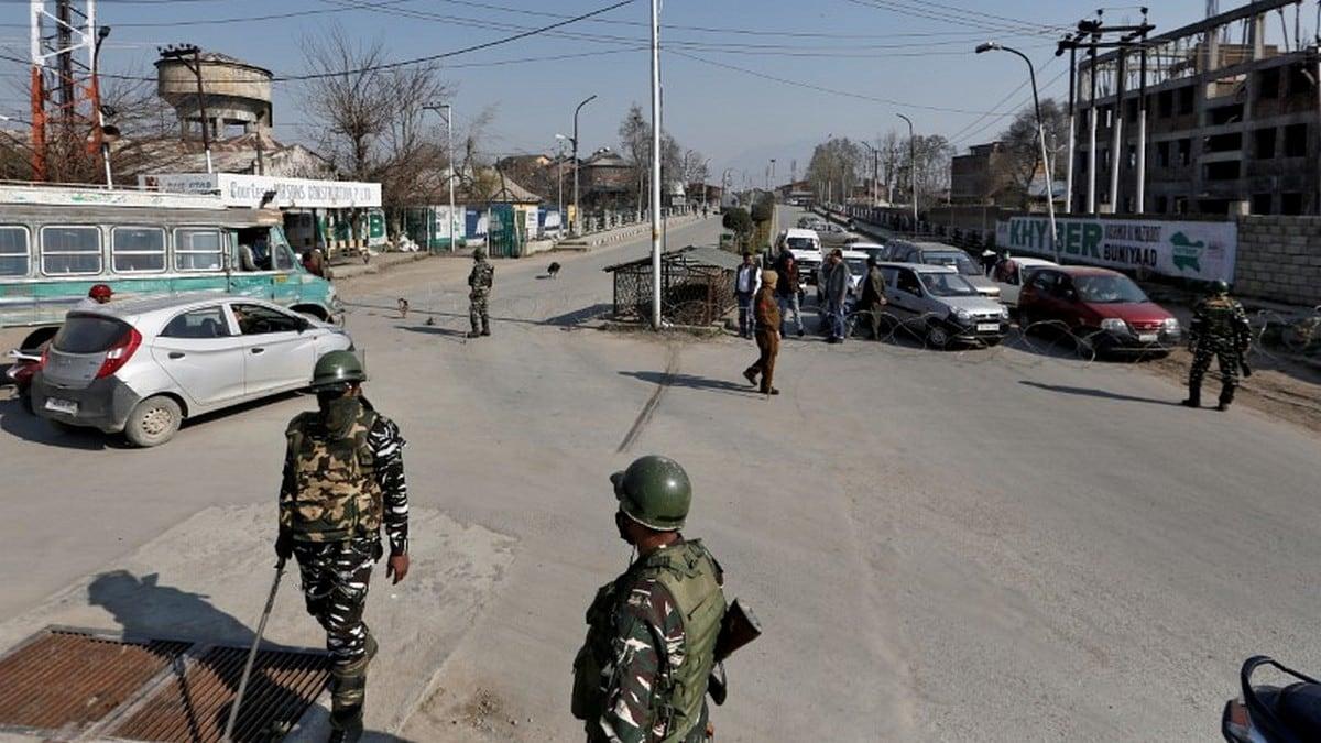 Internet Curbs in Kashmir Hamper Coronavirus Fight