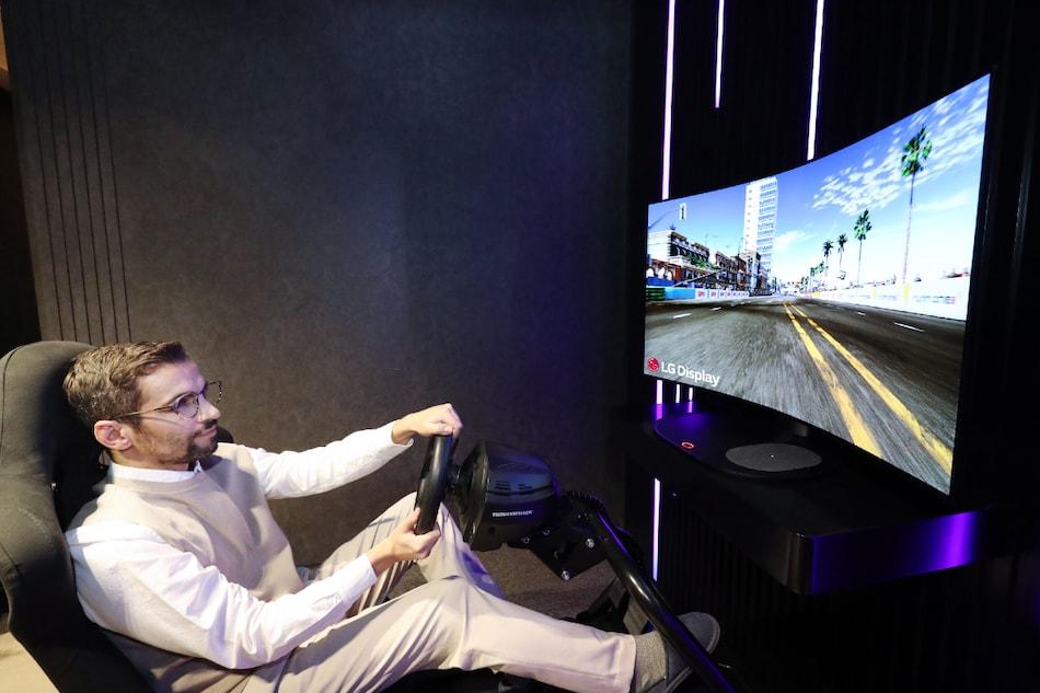 LG akan Menampilkan Layar OLED Sinematik yang Dapat Ditekuk 48-Inch di CES 2021