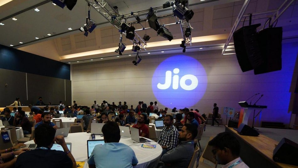 Abu Dhabi State Fund, Twitter Said to Be in Talks to Invest in Jio