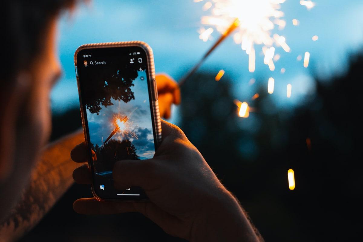 """Snapchat istifadəçilərə Corona virusu ilə əlaqədar narahatlığı idarə etməyə kömək etmək üçün """"Burada sizin üçün"""" alətini təqdim edir"""