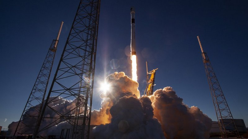 Spacex halts launch of USA military satellite due to winds