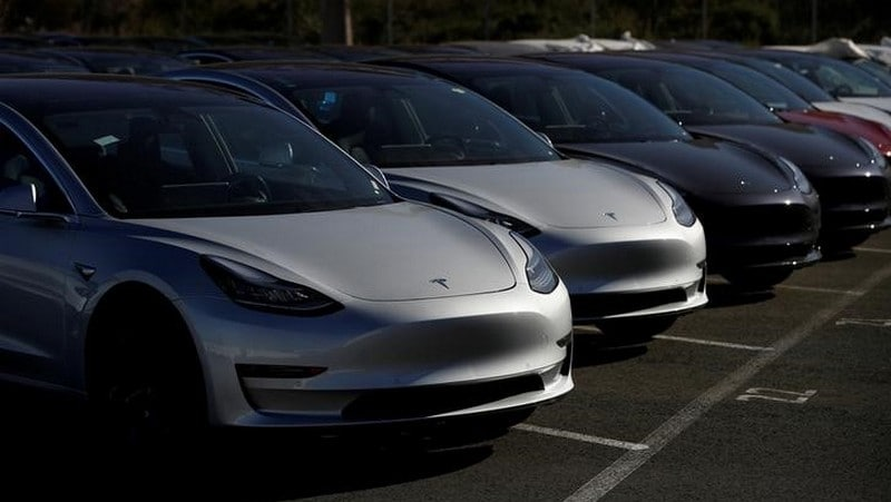 Tesla's Mass Lay-Offs, Reduced Car Production Have Wall Street 'Waking Up From the Dream'