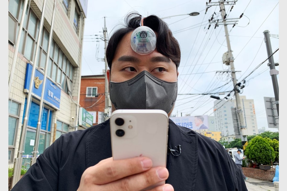 'Third Eye' Camera Can Help 'Smartphone Zombies' Walk Safely Without Bumping Into Obstacles