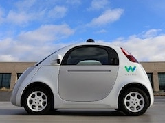 Self Driving Waymo Car Blocks Traffic Tries to Escape From Technicians