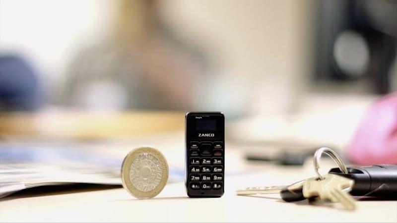 यह मोबाइल फोन है अंगूठे से छोटा और सिक्के से भी हल्का